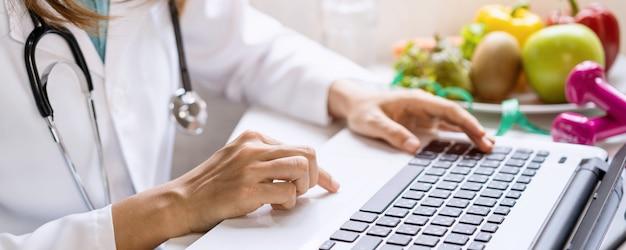 Voedingsdeskundige die patiënt overlegt met gezond fruit en groente, juiste voeding en dieetconcept