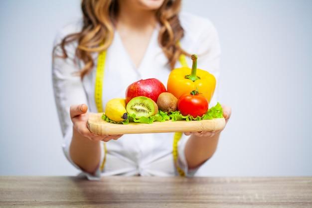 Voedingsdeskundige met verse groenten en fruit voor gezonde voeding