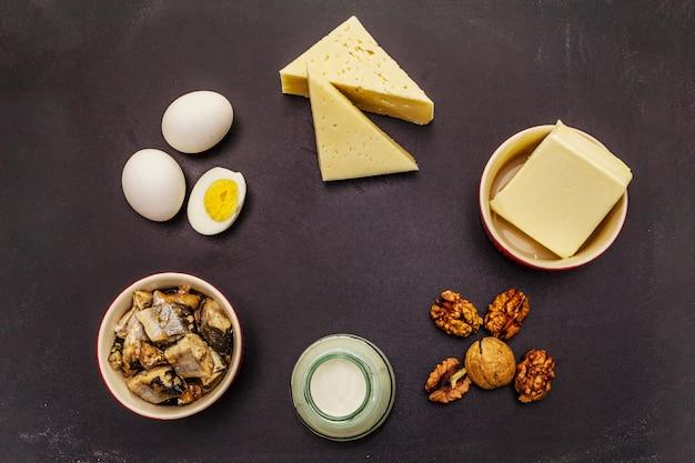 Voedingsmiddelen die vitamine d bevatten. kaas, eieren, boter, noten, melk, sardine