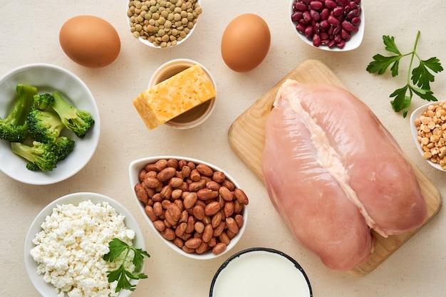 Voedingsmiddelen rijk aan eiwitten op een lichte achtergrond
