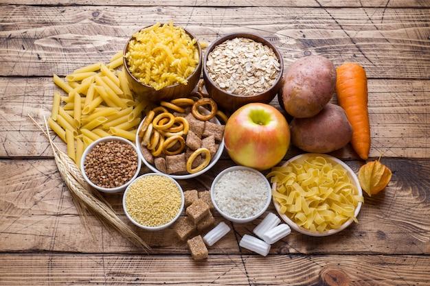 Voedingsmiddelen rijk aan koolhydraten op rustieke houten tafel