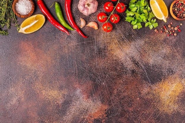 Voedsel achtergrond met groenten, kruiden, specerijen