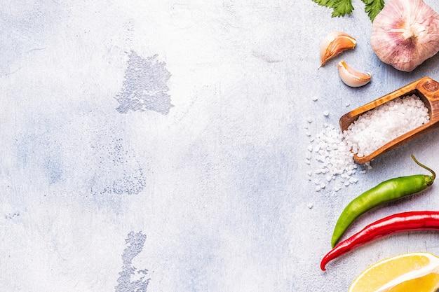 Voedsel achtergrond met groenten, specerijen, kruiden