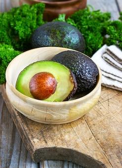Voedsel achtergrond met verse biologische avocado