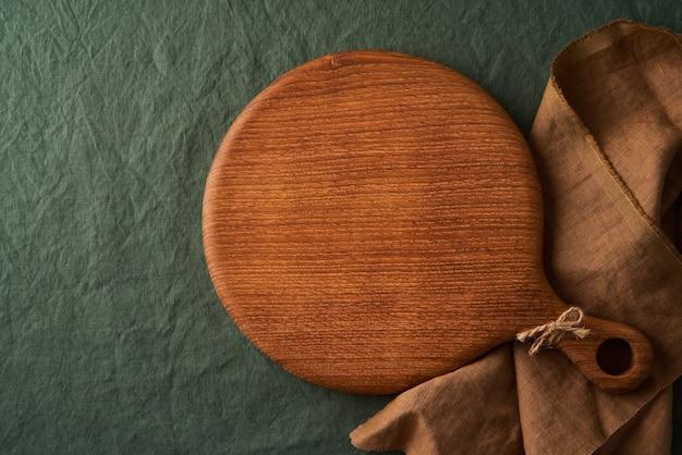 Voedsel achtergrondmodel met ronde houten snijplank