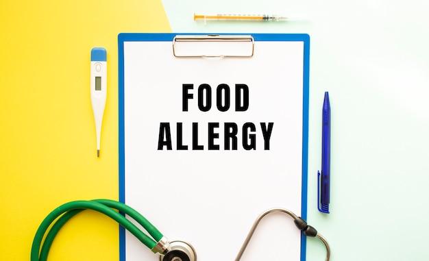 Voedsel allergie tekst op een briefhoofd in een medische map
