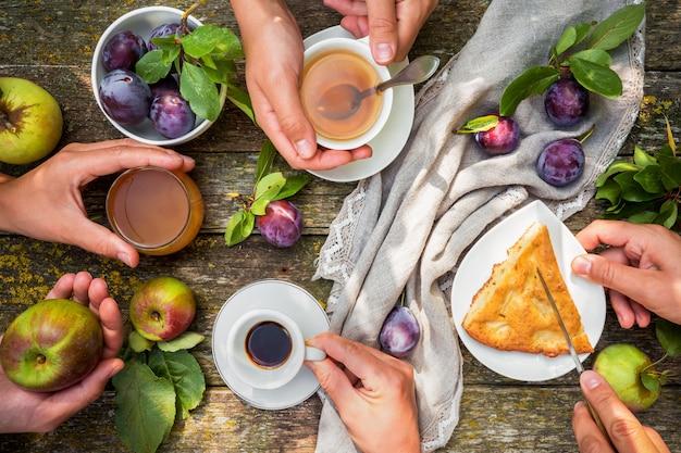 Voedsel appelsap taart pruim koffie thee op een picknick in de natuur in een rustieke tuin plat lag
