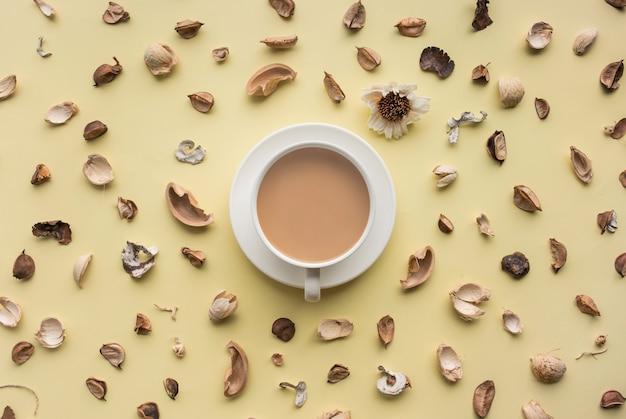 Voedsel, aroma, vanille bovenaanzicht met koffiekopje geïsoleerd