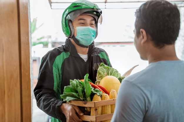 Voedsel bezorger met gezichtsmasker
