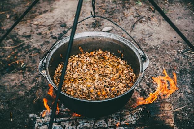 Voedsel camfire koken in het bos