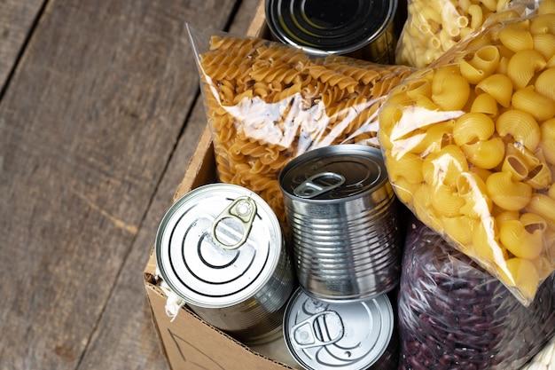 Voedsel donaties op tafel. tekst donatie. detailopname.