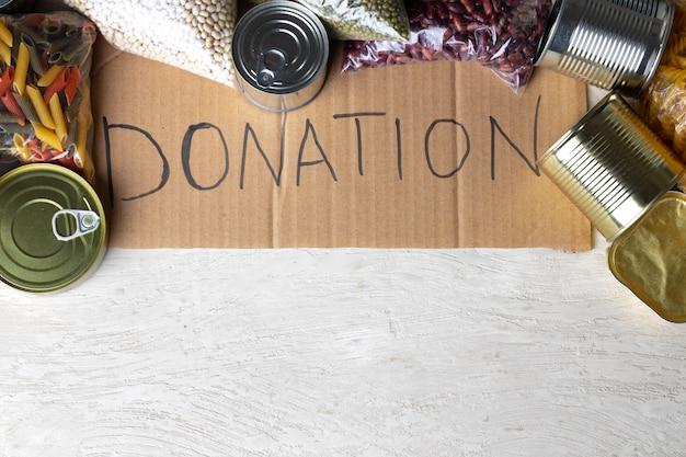 Voedsel donaties op tafel. tekst donatie.