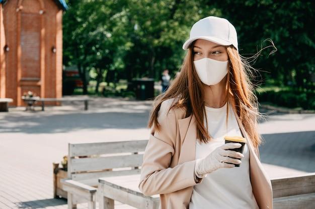 Voedsel- en drankbedrijven tijdens coronavirus pandemische koffie om mee te nemen in vrouwelijke handen
