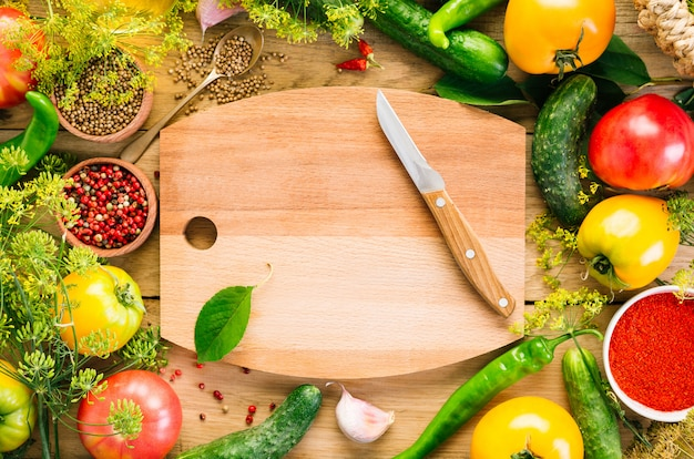 Voedsel frame. diverse groenten, houten snijplank