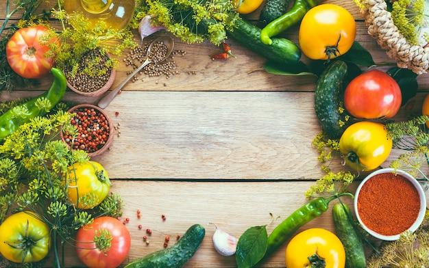 Voedsel frame. diverse groenten, tomaten, komkommers, paprika's op een houten achtergrond