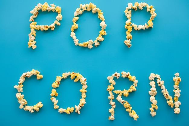 Voedsel. frozen popcorn corn popcorn bucket. heerlijke popcorn op blauw. bioscoop.