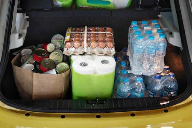 Voedsel hamsteren in de kofferbak van een auto