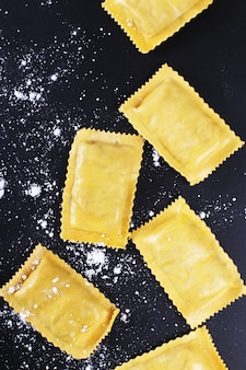 Voedsel. heerlijke handgemaakte pasta op tafel