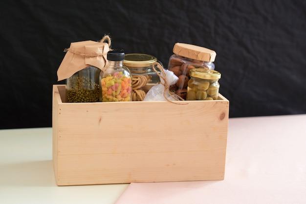 Voedsel in een donatiebox voor armen.