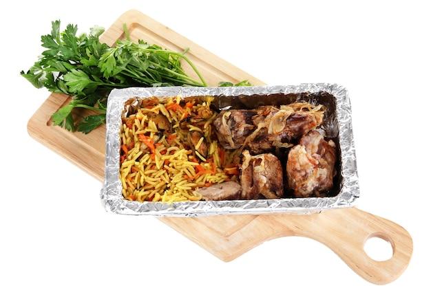 Voedsel in een doos met folie op een houten bord geïsoleerd in het wit