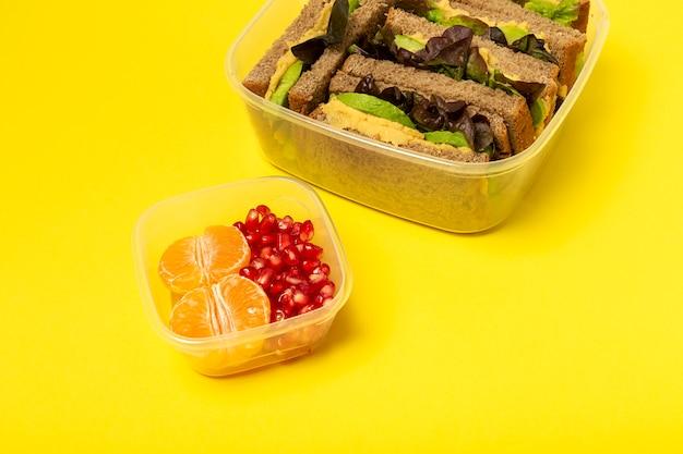 Voedsel in plastic containers klaar om te eten