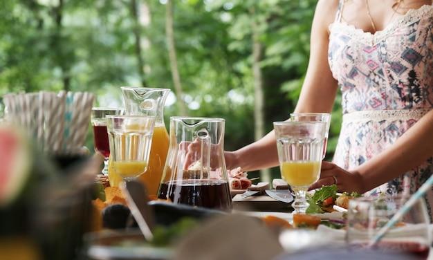 Voedsel klaarmaken voor een picknick