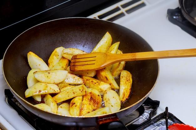Voedsel koken koekenpan gebakken aardappel