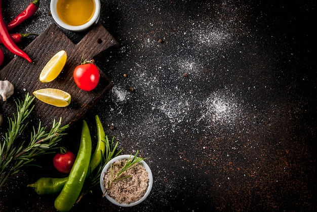 Voedsel kokend ingrediënt, olijfolie, kruiden en kruiden, donkere roestige hoogste mening copyspace