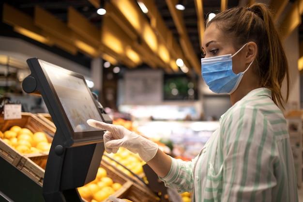 Voedsel kopen bij supermarkt tijdens wereldwijde pandemie coronavirus