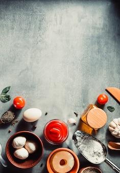 Voedsel kruiden en kruiden aan tafel aan tafel