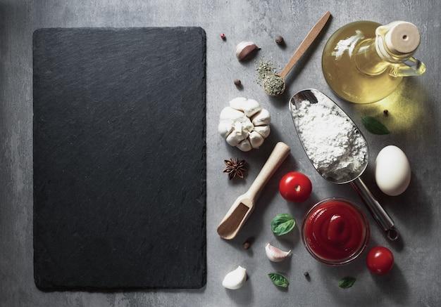 Voedsel kruiden en kruiden aan tafel