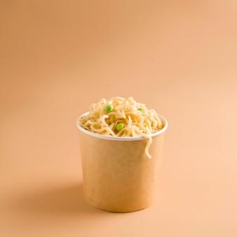 Voedsel levering concept. noedels in een papieren beker. ruimte kopiëren