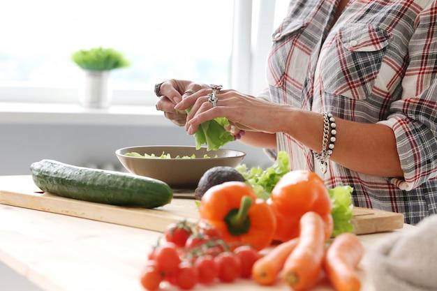 Voedsel. meisje in de keuken