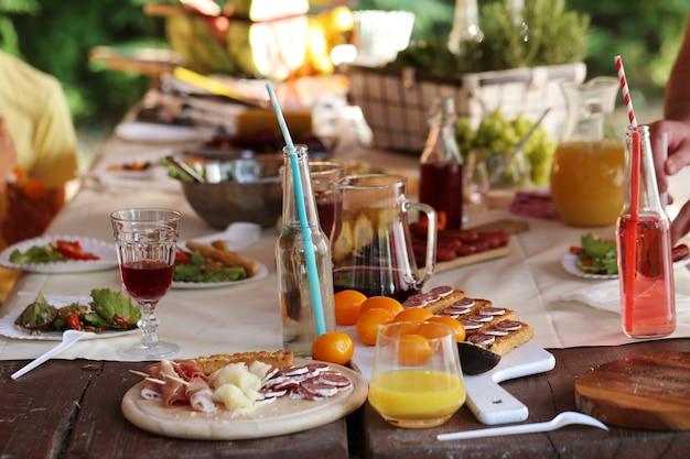Voedsel op tafel