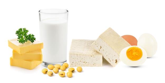 Voedsel rijk aan eiwitten geïsoleerd op een witte achtergrond.