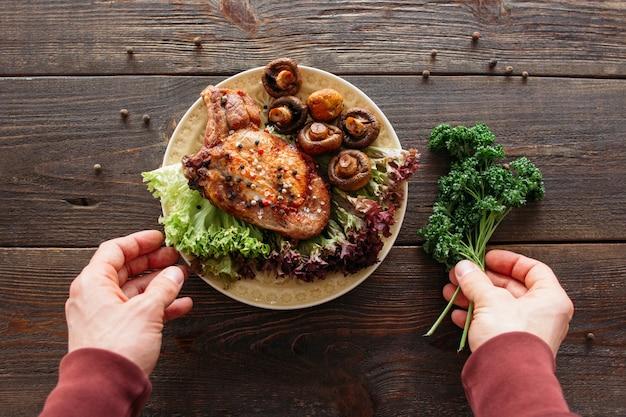Voedsel serveren van gegrild vlees met groenten