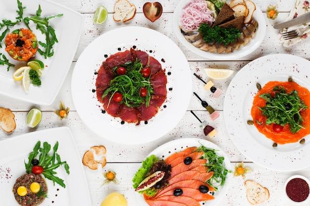 Voedsel snack feest tafel vol mediterraans buffet feestzaal