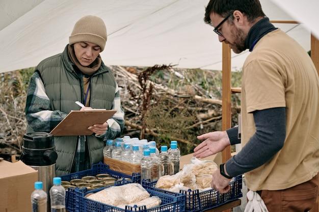 Voedsel uitdelen aan vluchtelingen