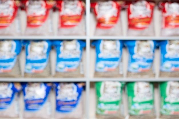 Voedsel voor huisdieren in de supermarkt, dierenkliniek. wazig beeld