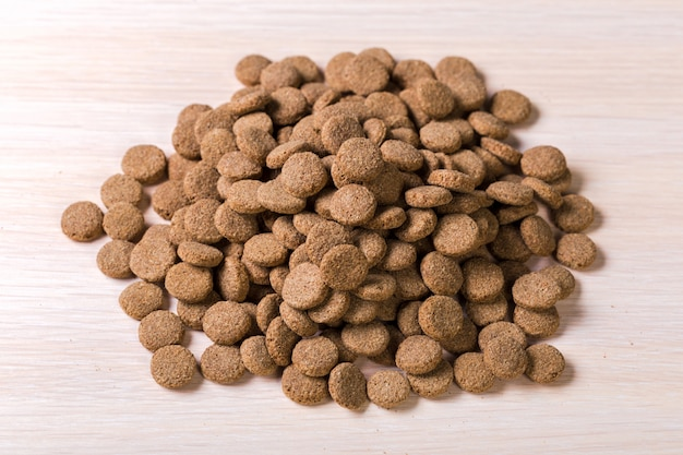 Voedsel voor huisdieren op houten vloer