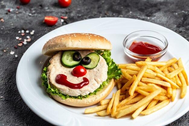Voedsel voor kinderen. smakelijke hamburger met frietjes, ketchup. voedsel recept achtergrond. detailopname.