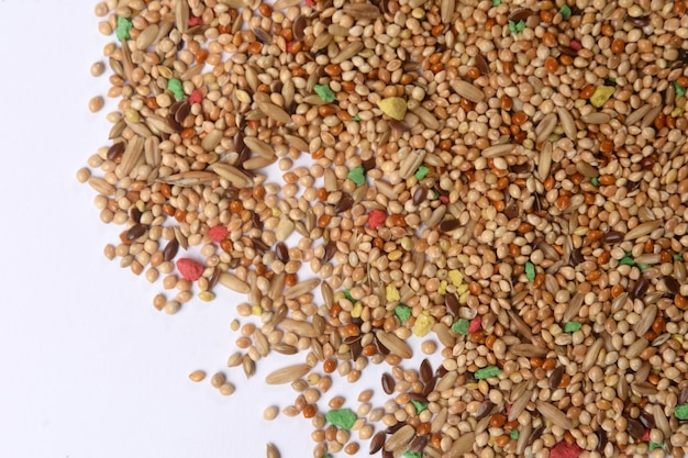 Voedsel voor parkietenmengsel van granen op witte achtergrond