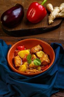 Voedsel voor suhoor in ramadan lamsstoofpot met aardappelen, groenten op een blauw servet. verticale foto