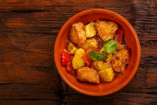Voedsel voor suhoor in ramadan op een houten tafel gestoofd laran vlees met aardappelen. kopieer ruimte horizontale foto