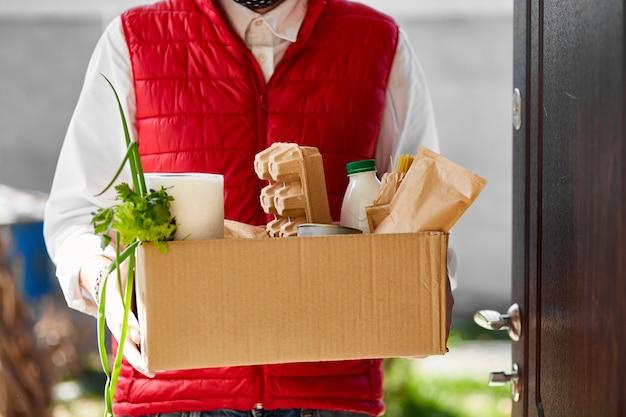 Voedsel voor thuisbezorging tijdens virusuitbraak, coronavirus-paniek en pandemieën.