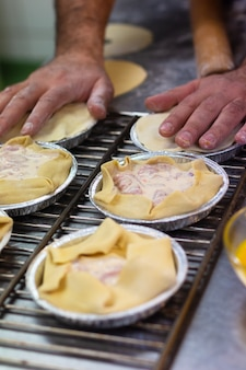 Voedsel voorbereiding concept actie het maken van ham slagroomtaart