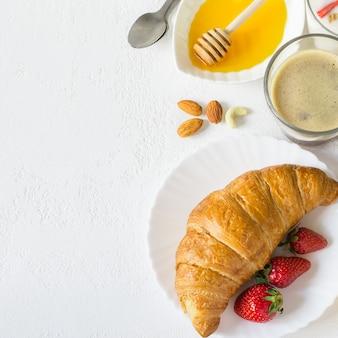 Voedselachtergrond met gezonde ingrediënten voor ontbijt op wit