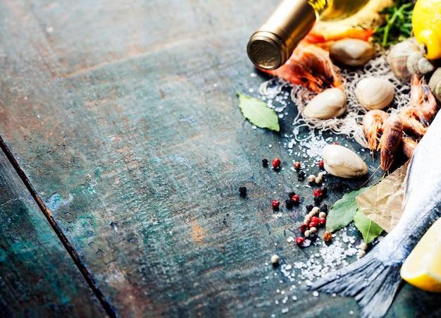 Voedselachtergrond met zeevruchten en wijn