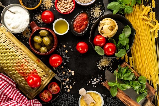 Voedselachtergrond voedselconcept met diverse lekkere verse ingrediënten voor koken. italiaanse food ingredients. uitzicht vanaf boven met kopie ruimte.