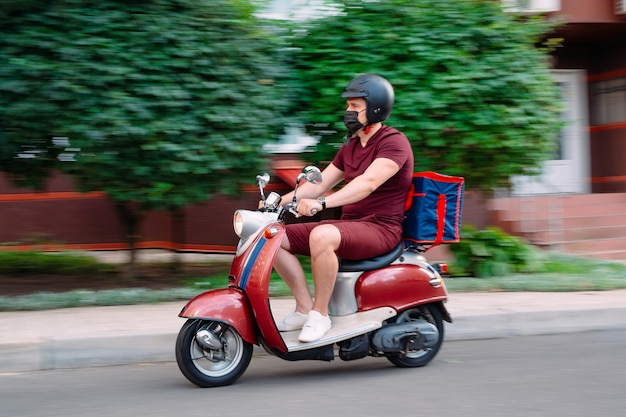 Voedselbezorger op een motorfiets